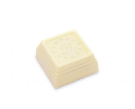 שוקולד לבן עם קרם אגוזים ושקדים.